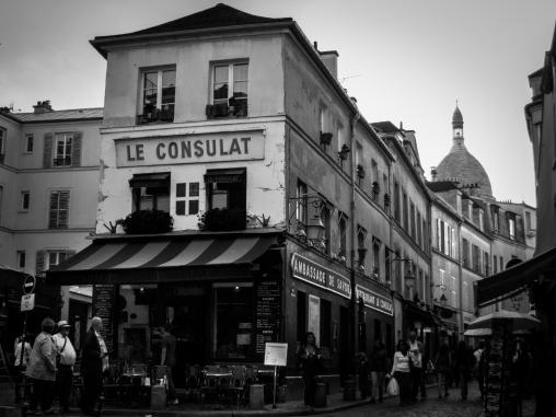 Consulat Black and White